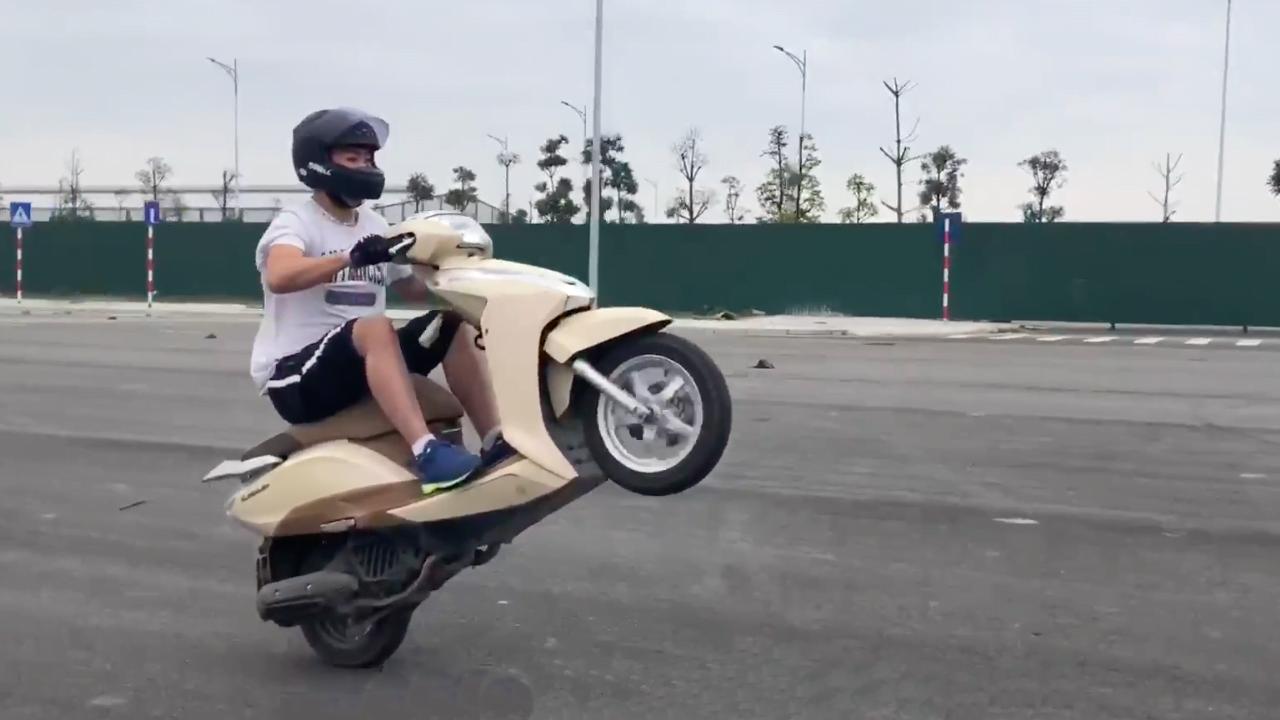 cách bốc đầu xe máy
